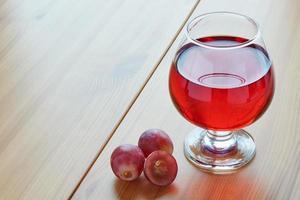 rött vin i ett glas foto