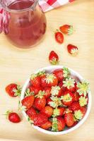jordgubbsaft och jordgubbar foto