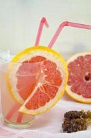 grapefruktjuice dekorerad med grapefruktskiva foto