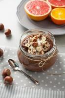 bovete gröt med kakao, hasselnötter och banan foto