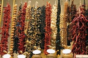 orientaliska kryddor på basaren foto