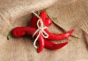 röd het chilipeppar på säckväv, bakgrund foto