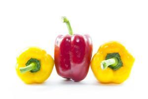 röd chili capsicum mellan gul foto