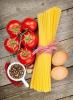 pasta, tomater, ägg och kryddor foto