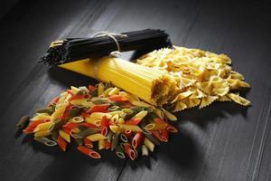 olika typer och former av italiensk pasta foto