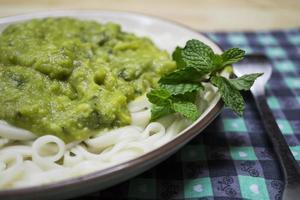 nudlar med avokadosås - vegansk mat foto