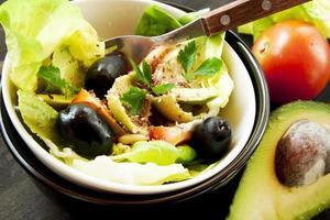 hälsosam sallad med grönsaker och frön foto