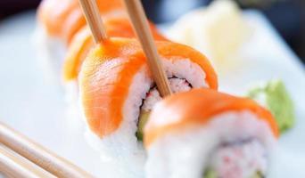 äter sushi med pinnar med panorama foto