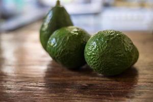 välsmakande avokado, rå tropisk mat. foto