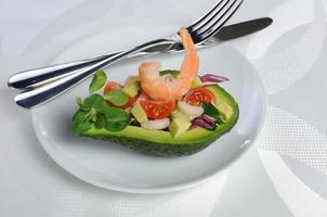 förrätt av avokado med räkor foto