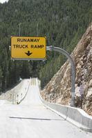 runaway truck ramp skylt foto