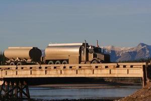 vatten lastbil korsar bron. foto