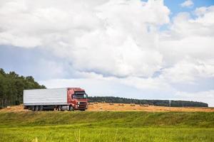 lastbil på landsvägen foto