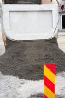 dumpning av torr betong foto