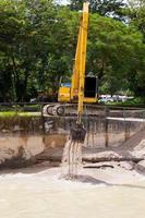 grävmaskin med metallspår på byggplatsen foto