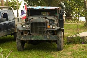 gammal militär lastbil foto