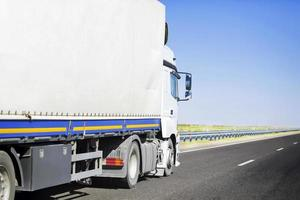 lastbil på vägen foto