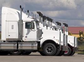 vit lastbil linje upp