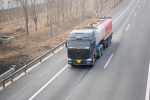 lastbil på motorvägen foto