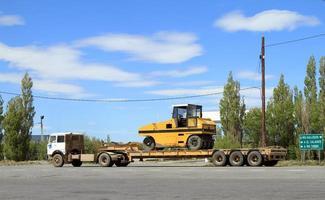 transport av tunga maskiner foto