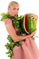 kvinna med vattenmelon foto