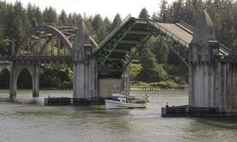 siuslaw river ship crab boat draw bridge Florens Oregon kust foto