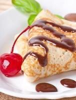 pannkakor med choklad och körsbär foto