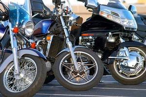 tre motorcyklar närbild