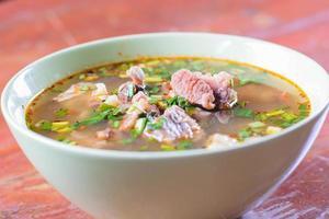 kryddig varm och sur soppa med nötkött foto