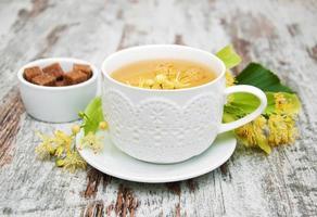 kopp örtte med lindblommor foto