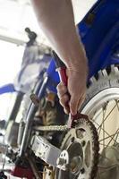 mekaniker rengöring motorcykel kedja foto