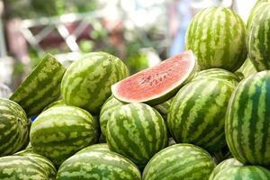 vattenmeloner på marknaden foto