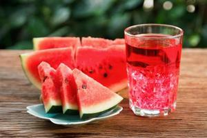 färsk vattenmelonskiva och juice foto