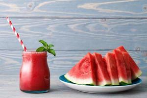 vattenmelon smoothie och en tallrik med bitar foto