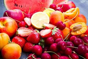 färsk frukt på träbord foto
