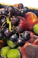korg med frukt isolerad foto