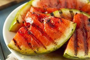 mogen hälsosam organisk grillad vattenmelon foto