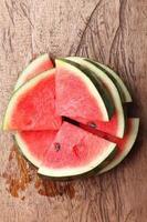 färsk vattenmelon på träbakgrund foto
