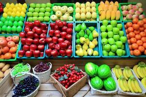 färgglada av konstgjorda frukter och grönsaker foto