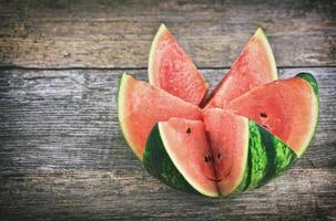 färsk vattenmelon på det rustika träbord foto