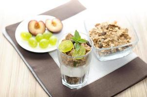 hälsosam frukost på ett bord foto