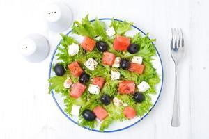 färsk sallad med vattenmelon, fetaost och oliver, horisontella foto