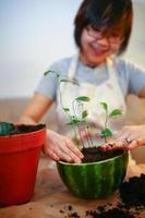 flicka trädgårdsskötsel inomhus foto
