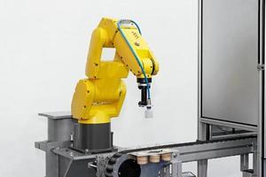 bild av en robotarm på en produktlinje foto