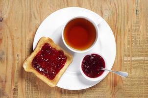 te och rostat bröd med sylt foto
