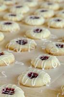 tillverkning av kakor för hallon-tumtryck foto