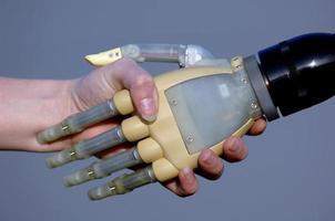 mänsklig och bionisk handskakning foto