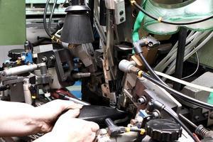 produktionsdesigner skor. fotproduktion av mänskliga händer foto