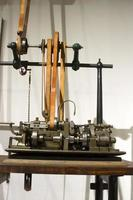 antik automatiserad klockskruvmaskin foto