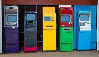 färgglada av automatiserad teller maskin foto